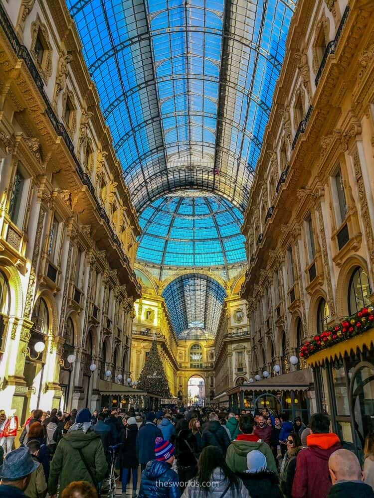 People at entrance to Galleria vittorio Emanuele